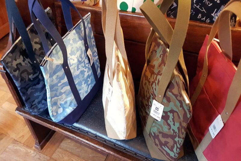 一澤信三郎帆布の迷彩トートバッグ