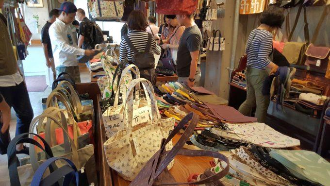 京都の一澤信三郎帆布店内の様子
