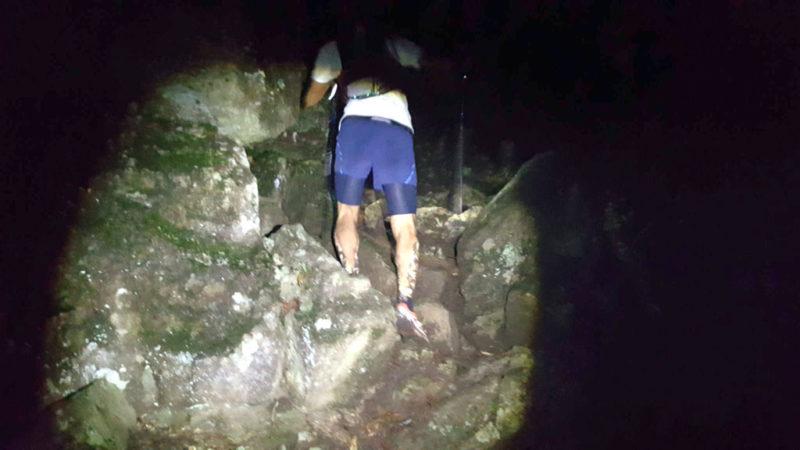 夜間の岩場