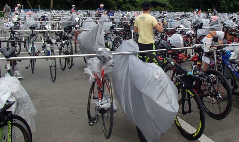 トライアスロンレース会場のバイクラック