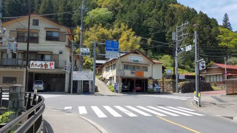 檜原村の橘橋交差点