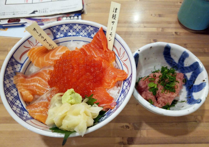 磯丸水産の限定サーモン2種食べ比べ丼とネギトロ単品