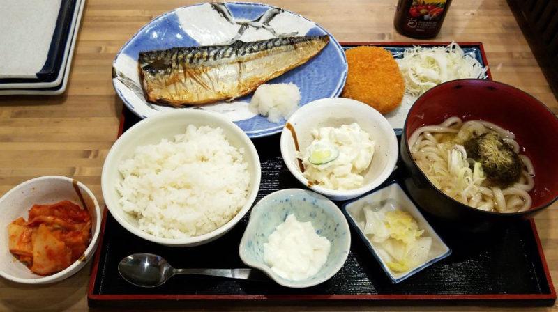 磯丸水産の鯖の塩焼きとコロッケ